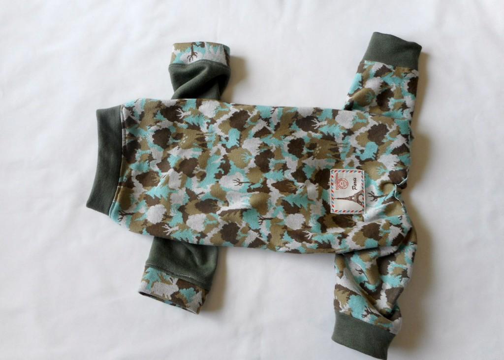 鹿模様の犬の服