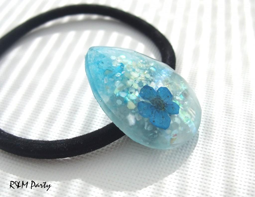 氷にきらめく幸せの青い花のヘアゴム