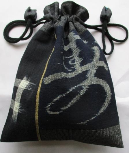 送料無料 着物リメイク 型染と絣で作った巾着袋 2572