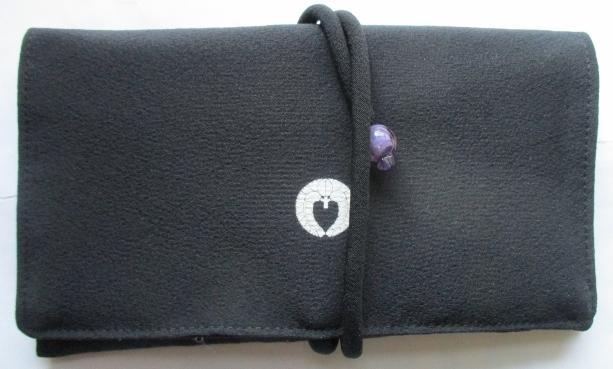 送料無料 家紋入りの黒留袖で作った和風財布・ポーチ3074
