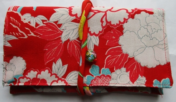 送料無料 花柄の縮緬の着物で作った和風財布・ポーチ 3077