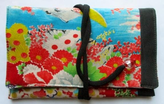 送料無料 黒と花柄の着物で作った和風財布・ポーチ 3800